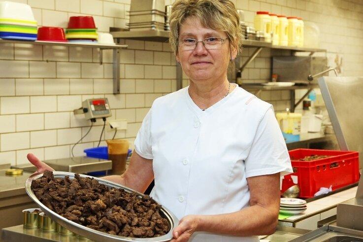 Küchenchefin Ilona Voigt bei der Zubereitung der Speisen.