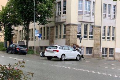 Ein weißer Fiat und ein älterer VW Golf sind am Freitag um 14.35 Uhr auf der B90, der Friedensstraße in Plauen, in einen Unfall verwickelt worden.