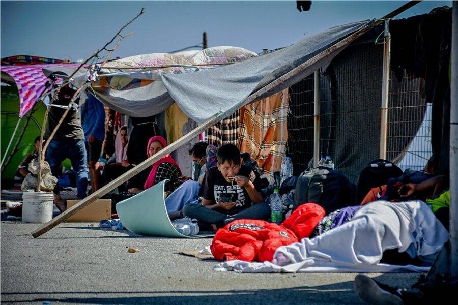 Nach dem verheerenden - offenbar gelegten - Brand im Flüchtlingscamp Moria auf Lesbos haben sich Tausende von Flüchtlingen provisorisch auf den umliegenden Straßen eingerichtet und geschlafen.