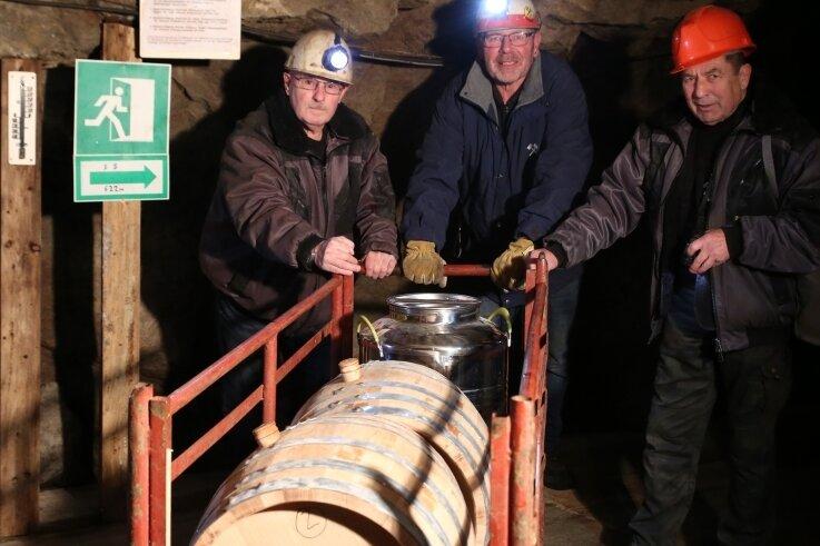 Bergführer Bernd Prager, Ulrich Viertel und Bernd Rossius (von links) schafften die Whiskyfässer ins Bergwerk.