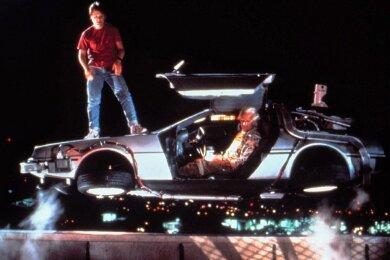 """Szene aus """"Zurück in die Zukunft"""": Michael J. Fox steht auf dem schwebenden DeLorean, der von Christopher Lloyd gesteuert wird."""