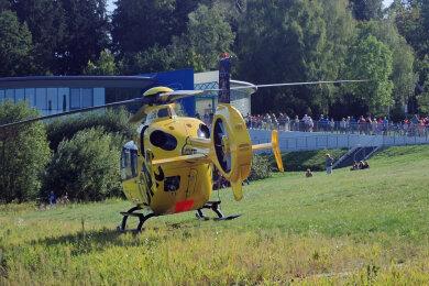 Rettungskräfte suchen am Sonntagnachmittag bei einem Großeinsatz an der Talsperre Pöhl nach einer möglicherweise ertrunkenen Person.