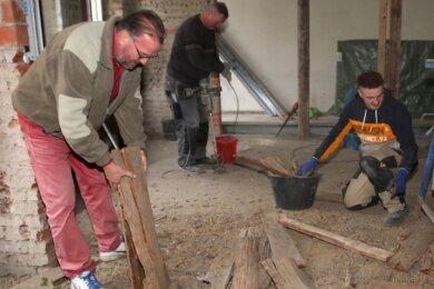 Help-Arbeitseinsatz auf der Baustelle in Buchholz: Steffen Dreyer, Rolf Niemann und Steve Melich (von links) packen ordentlich mit an.
