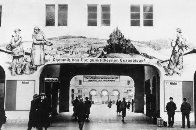 Das einstige Begrüßungsbild auf dem Hauptbahnhof auf einer Ansichtskarte aus den 1940er-Jahren.