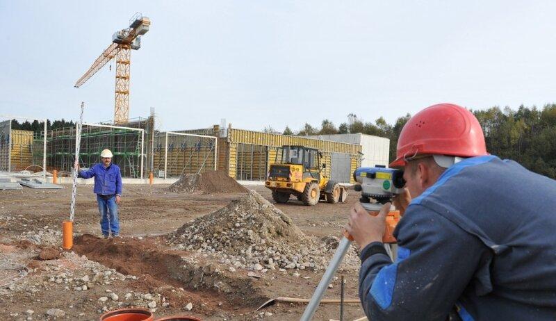 """<p class=""""artikelinhalt"""">Mit riesigen Schritten geht der Bau der Zwönitzer Biogasanlage voran. Toni Dornblut (r.) und Gundolf Mehlhorn bei Vermessungsarbeiten. </p>"""