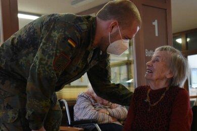 Mach's gut: Eine 102-jährige Bewohnerin des Seniorenhauses Sonnengarten verabschiedet sich von einem Soldaten aus dem achtköpfigen Helferteam.