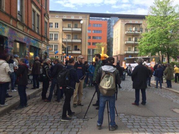 Pro-Chemnitz-Chef Martin Kohlmann vor der  Euronews-Kamera an der Brauhausstraße.