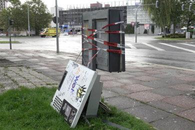 In Chemnitz wurden in den letzten Wochen mehrfach Automaten aufgebrochen. Dieser Zigarettenautomat an der Brückenstraße wurde am 30. September gesprengt.