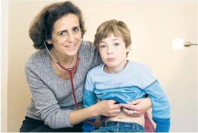 Dr. Morawe-Weisheit mit ihrem Patienten Johannes. Er war drei, als die Ärzte bei einer OP mit Vollnarkose bei ihm eine Herzrhythmusstörung diagnostizierten. Heute ist der Junge aus Dresden sieben Jahre alt und sein Herz schlägt stabil. Das verdankt er auch der anthroposophischen Heillehre, ist seine Mutter Uta Büchner überzeugt.