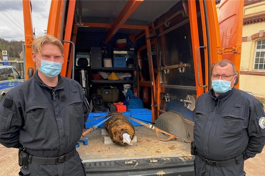 Die Helden des Tages: Mitarbeiter des Kampfmittelbeseitigungsdienstes, deren Namen nicht übermittelt wurden, mit der entschärften Bombe nach getaner Arbeit.