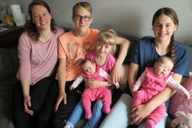 Mutter Jenny mit ihren großen Zwillingen David und Sarah, Nesthäkchen Elena sowie den Neuankömmlingen Clara und Marie.