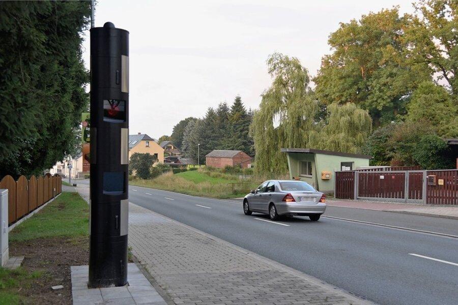 Der feste Blitzer an der Hofer Straße am Abzweig Fuchspöhler Straße ist einer der beiden jetzt in Betrieb genommen Geräte.