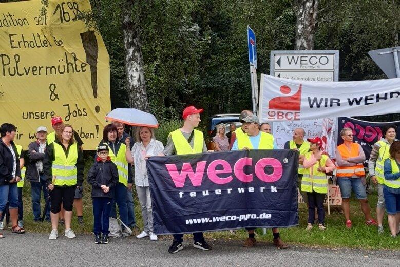 Weco-Mitarbeiter in Freiberg protestieren für den Erhalt ihrer Arbeitsplätze. Unter den Teilnehmern der Aktion war CDU-Bundestagsmitglied Veronika Bellmann (mit Schirm).
