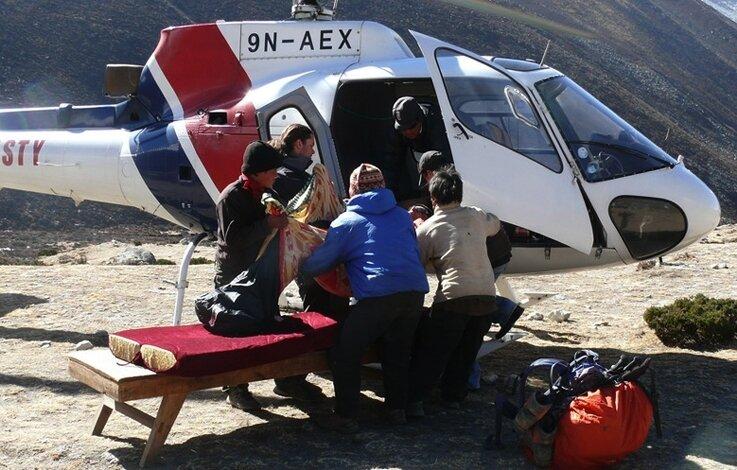 Ein Rettungshubschrauber brachte den schwer erkrankten Peter Herrling ins Krankenhaus der nepalesischen Hauptstadt Kathmandu.