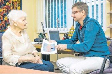 """Eine Landkarte ihres Rückens zeigt Dr. Burkhard Flechsig, Naturmediziner aus Ehrenfriedersdorf, seiner Patientin Ruth Illgen aus Chemnitz. Sie ist seit drei Jahren bei ihm in Behandlung und erhält organstärkende Spritzen in die Reflexzone der Nieren im Rücken. """"Die Spritzen haben mich vor der Dialyse bewahrt"""", sagt die knapp 82-Jährige. Vor drei Jahren stellte eine Fachärztin bei ihr eine Nierenschwäche fest. Behandeln könne man das in dem Alter nicht mehr. Irgendwann müsse sie an die Dialyse, wurde ihr gesagt. Das war ein Schock. """"Anfangs jede Woche, später alle zwei Wochen bekam ich eine Spritze in die Nierengegend. Nach einem guten Jahr wurden die Blutwerte besser und sind bis heute in Ordnung."""""""