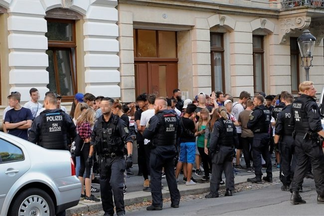 Über Stunden hinweg wurden am Mittwochabend auf dem Sonnenberg rund 80 Jugendliche, aber auch Kinder, festgesetzt und ihre Personalien kontrolliert. Laut Polizei waren die meisten von ihnen zwischen 13 und 15 Jahre alt.