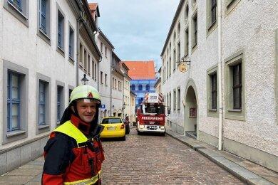 Einsatzleiter Heiko Mende bei der Feuerwehrübung am Mittwochvormittag in der Freiberger Innenstadt.