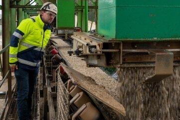 Betriebsleiter Urs Repschläger bei der Kontrolle eines Transportbandes.