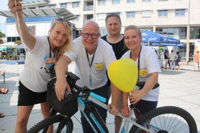 Mirjam Weigelt, Sebastian Thieswald, Mitko Kobilarov und Monic Wölker (von links) organisieren das Chemnitzer Bürgerfest mit. Ihr Betriebsfahrzeug ist ein E-Bike.