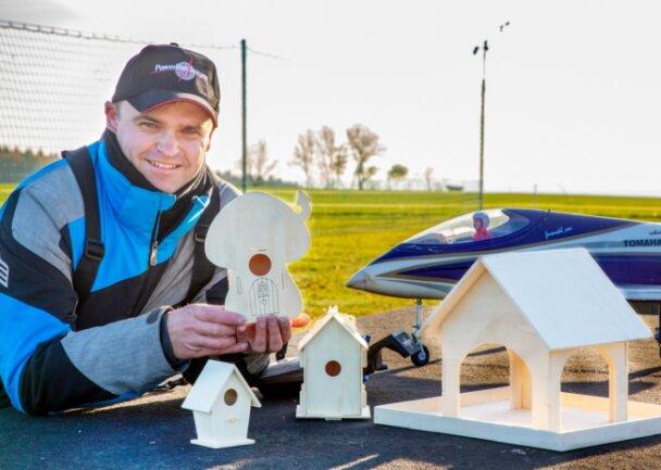 Ein Beitrag für den Naturschutz: Daniel Ostmann und seine Mitstreiter vom Modellflugverein Oederan haben verschiedene Bausätze für Vogelhäuschen entworfen und verteilen die an die Kindereinrichtungen in Oederan.
