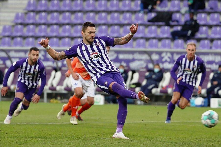 Pascal Testroet trifft per Handelfmeter zum 2:0 für den FC Erzgebirge; links Calogero Rizzuto, rechts Florian Krüger.