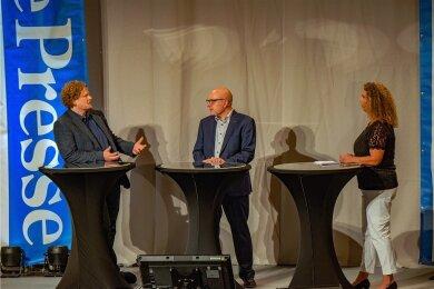 """Lars Faßmann (parteilos, links) und Sven Schulze (SPD) in der Diskussion darüber, wie die Innenstadt aufgewertet werden könnte. Das Gespräch wurde von """"Freie Presse""""-Redakteurin Mandy Fischer moderiert."""