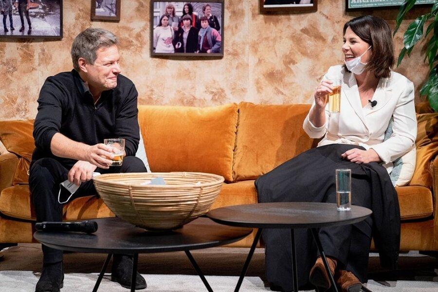 Auf der Couch im künstlichen Retro-Wohnzimmer im Berliner Tempodrom: Die Parteivorsitzenden Robert Habeck und Annalena Baerbock wollen die Grünen mit Lösungen und Kompromissen für breitere Schichten wählbar machen.