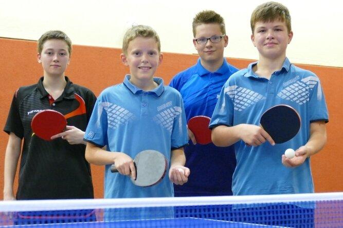 Peilen in der U-18-Kreisliga den Titel an: Lydia Bischoff, Anton Förster, Tim Ehnert und Gabriel Heselbarth (v. l.) vom SSV Zschopau.