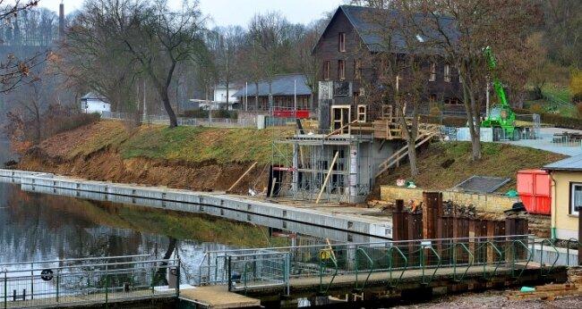 Die neue Ufermauer im Hafen der Talsperre Kriebstein ist fast fertig. Am Aufzugsgebäude wird weitergebaut.