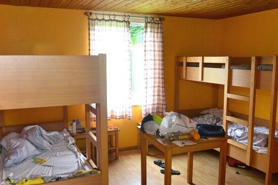 In diesem Vierbettzimmer übernachten gerade Schüler auf Klassenfahrt.
