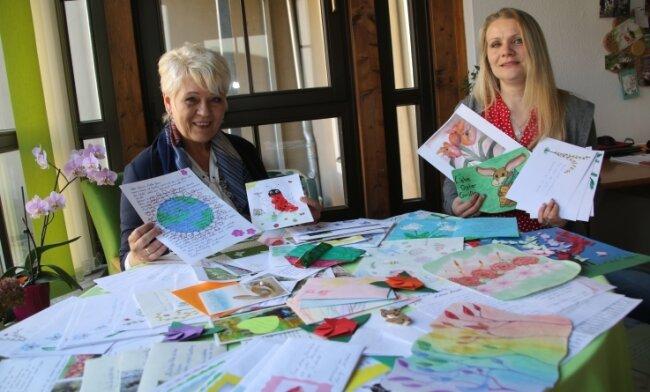 """Patricia Smolka (links) und Anja Pfeifer vom Oederaner Hospizverein haben sich in der Aktion """"Ein Lächeln schenken"""" über die vielen Briefe an Senioren gefreut, die sie täglich erreicht haben. Das Projekt hat beim Ideenwettbewerb einen Preis gewonnen."""