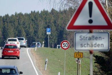 Auf der B 174 zwischen Großolbersdorf und Heinzebank sind lediglich noch 50 km/h erlaubt. Begründet wird das mit Straßenschäden.