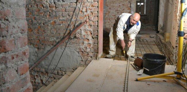 Im Haus Burgstraße 38 in Freiberg hat Frank Reicht von der Baufirma Jens Winkler aus Chemnitz am Mittwoch die Armierung für den Fußboden verlegt und befestigt. Der Ersatz von Holzbalken- durch Stahlbetondecken dient auch der statischen Sicherung des Objekts.
