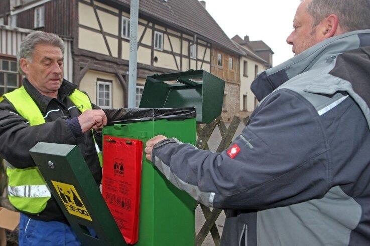 Bereits im Frühjahr 2015 sind in Wildenfels durch Bauhofmitarbeiter (Foto) Hundetoiletten aufgestellt worden. Die Stadt hat damit gute Erfahrungen gemacht.