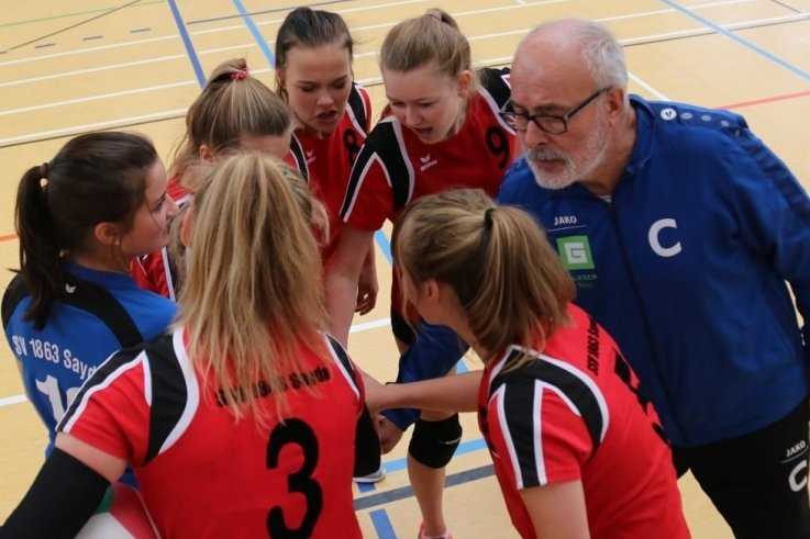 Volkmar Herklotz trainiert seit acht Jahren die Volleyball-Mädchen des SSV Sayda. In der kurzen Saison 2020/21 schlug das junge Team in der Kreisunion Chemnitz/Erzgebirge der Damen auf, durfte jedoch nur einmal ans Netz. Die Partie in Gersdorf wurde immerhin 3:0 gewonnen.