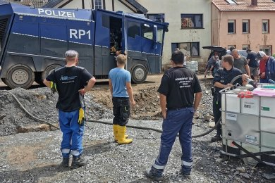 Mittels Wasserwerfer der Polizei werden Trinkwassertanks gefüllt, denn viel Wasserleitungen sind zerstört.