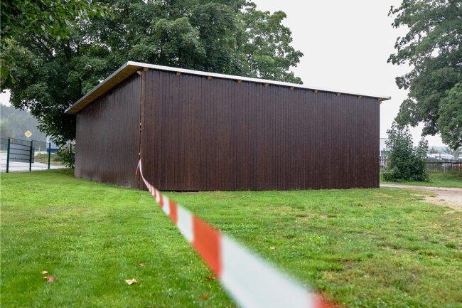 An diesem Carport neben dem Sportplatz in Hartmannsdorf wurde im November 2020 Feuer gelegt. Der Täter wurde jetzt verurteilt.