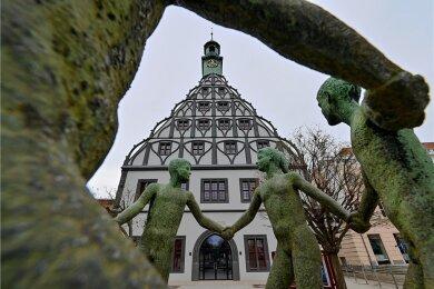 Auch äußerlich hat sich das Zwickauer Gewandhaus verändert. Die spätgotische Giebelfassade wurde in einer historischen Farbfassung in schwarz-weiß wiederhergestellt. Zuvor war sie rot-weiß.