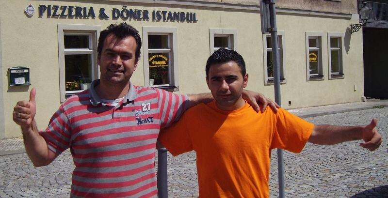 Sukru Demirtas (links) und Huseyin Sahin aus Oederan freuen sich auf das Halbfinale der Fußball-Europameisterschaft zwischen ihren Landsleuten aus der Türkei und Deutschland.