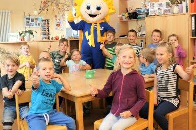 """Kilowattchen, das Maskottchen eines Energieversorgers aus der Region, hat bei einem Projekttag unter dem Motto """"Energie erleben"""" in der Kindertagesstätte """"Pusteblume"""" in Breitenau Station gemacht."""