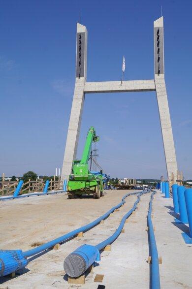 Still ruht die Brückenbaustelle, denn die Tragseile fehlen weiterhin.