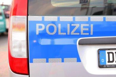 Die Polizei hat in Zwickau vier Männer festgenommen, die im September einen 20-Jährigen in seiner Neuplanitzer Wohnung ausgeraubt haben sollen.