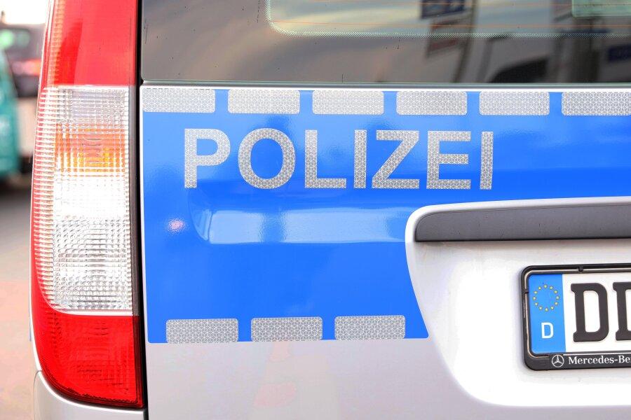 Unbekannte haben zwischen Freitag und Montagmorgen in Lichtenstein zwei verfassungswidrige Symbole und einen Schriftzug gesprüht.