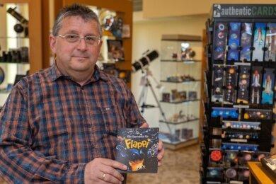 """Olaf Graf, Leiter der Sternwarte Rodewisch, empfiehlt das Kinderprogramm über Fledermaus """"Flappi""""."""