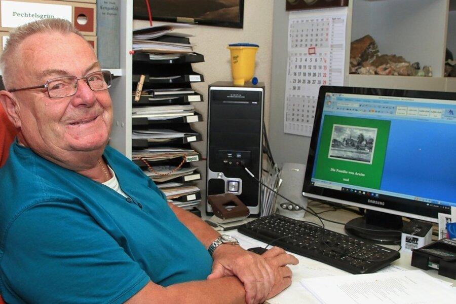 Peter Burkhardt mit dem Cover seines Buches auf dem Bildschirm des heimischen PC.