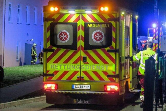 Rettungsdienst, Feuerwehr und Polizei sind am Donnerstag wegen eines Brandes zum Flüchtlingsheim in Alberoda ausgerückt.