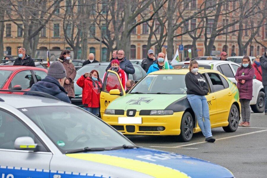 Mit etwa 35 Autos waren die Demoteilnehmer vor Ort.