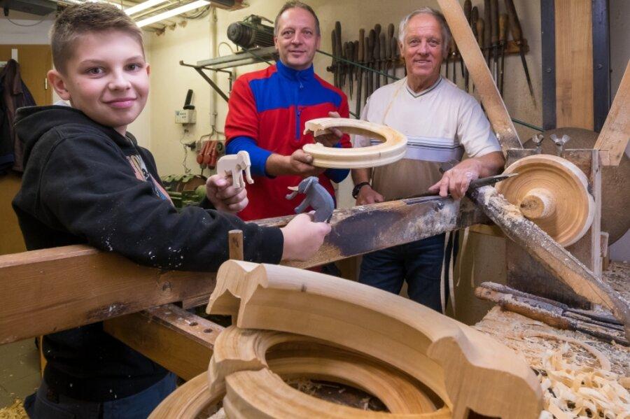 Lenny, Marco und Harald Lorenz (v. l.) an der Drehbank, an der am Wochenende Besucher verfolgen können, wie Reifen entstehen.