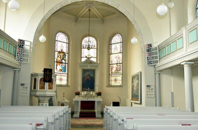 Ein Blick in den Altarraum der St. Johanniskirche in Sachsenberg-Georgenthal.