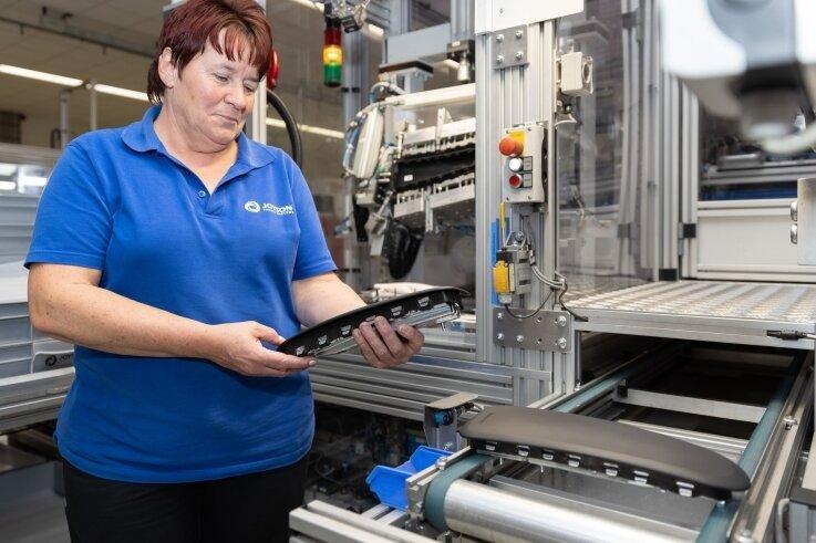 Birgit Schieck - hier bei der Modulmontage eines Seitenairbags mit anschließender Endkontrolle - gehört zum Joyson-Team in Elterlein.